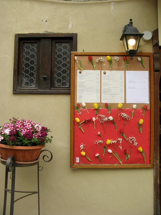 Кастильон дель лаго украшен цветами