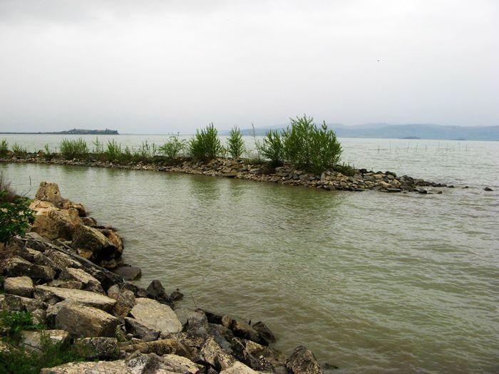 вид на озеро Тразимено в Умбрии Италия