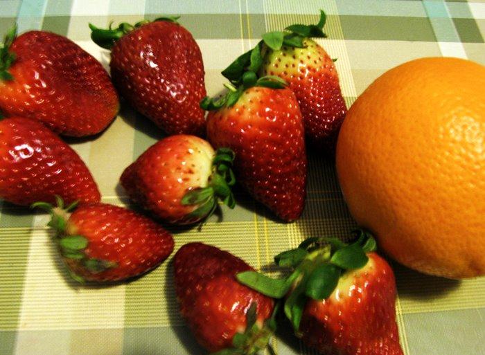 ягоды клубники и апельсин