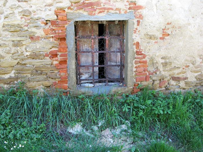 окно в подвал дома