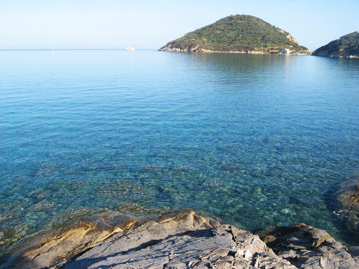 чистое море у пляжа Виттичио на Эльбе, Тоскана, Италия