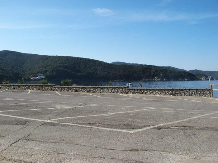 свободная парковка у пляжа Виттичио не в сезон