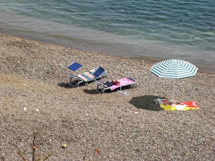 лежаки и зонт на пляже Реале в апреле 2018 года