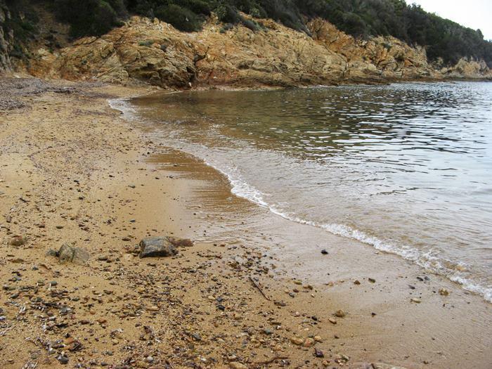 песок и камешки на пляже Петричоло