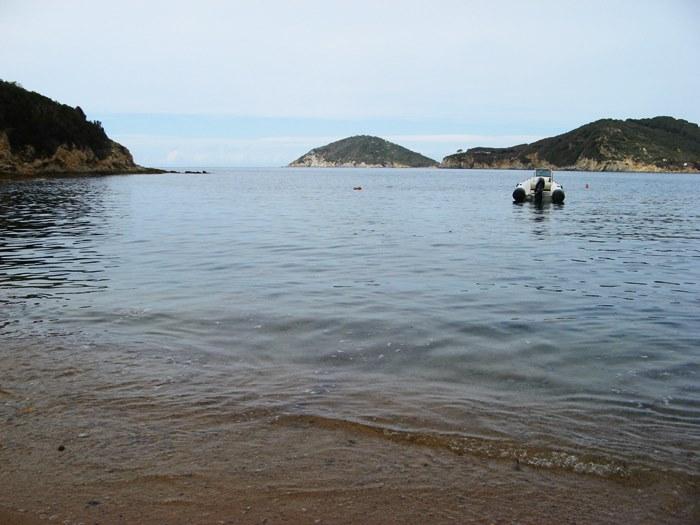вид с пляжа Петричоло на холм Эмфола и перешеек