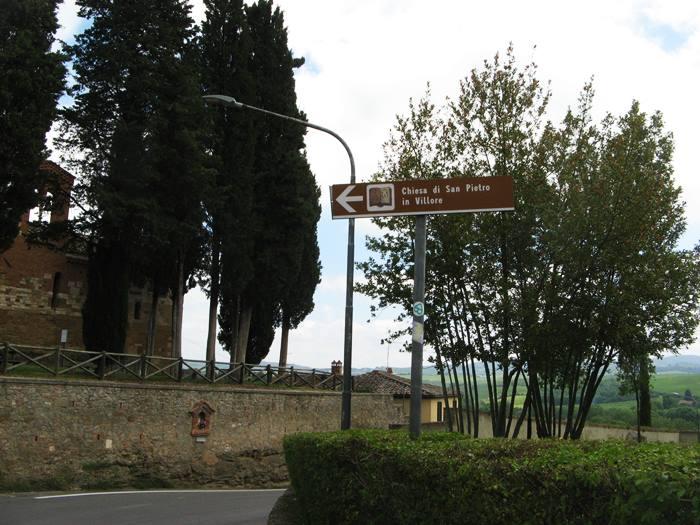 Сан Джовани д'Ассо - указатель к церкви
