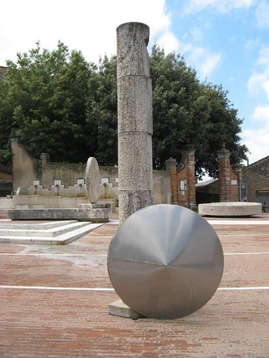 Сан Джовани д'Ассо - на площади Грамши