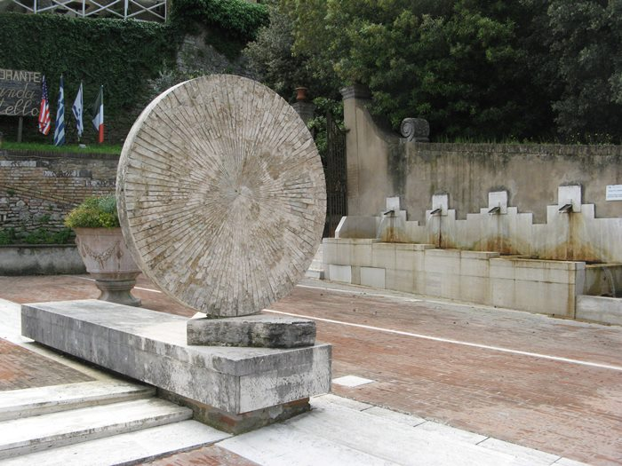 Сан Джованни д'Ассо - на площади Антонио Грамши
