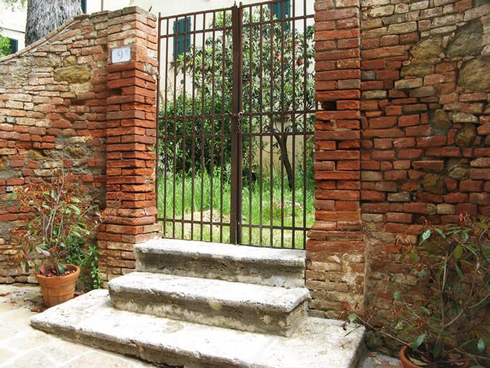 вход в частный сад в Кастельмунцио