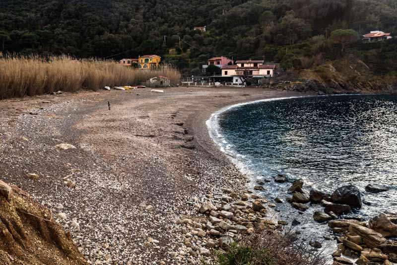 вид на пляж Ниспортино на острове Эльба