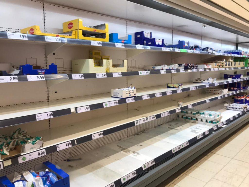 полки в супермаркете Милана в конце февраля 2020