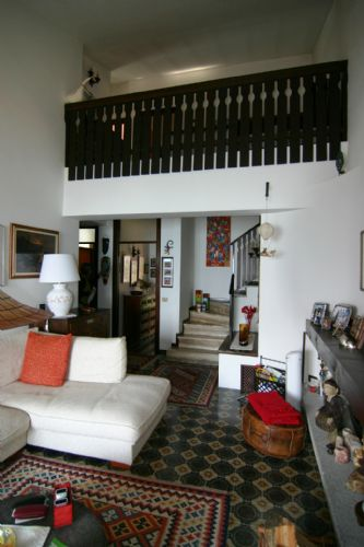 часть гостиной, вид на второй уровень