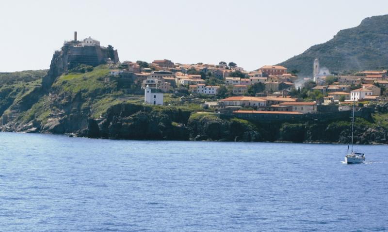 Вид на порт на Капрае с моря