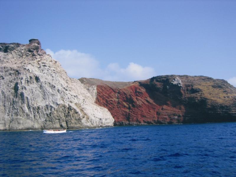 разноцветные скалы острова Капрая