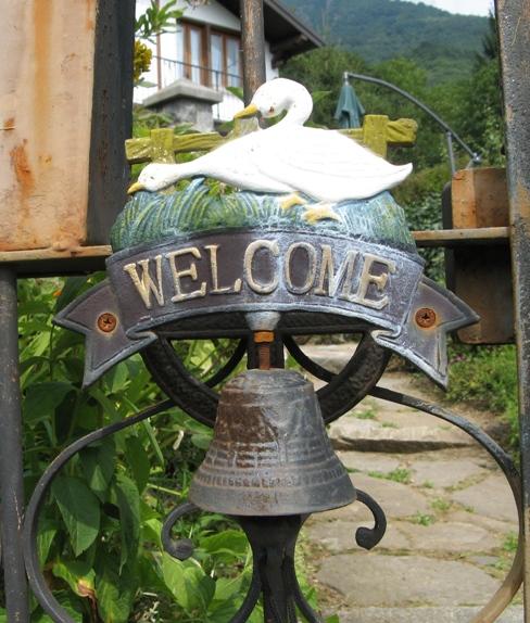 колокольчик у двери в дом Патриции