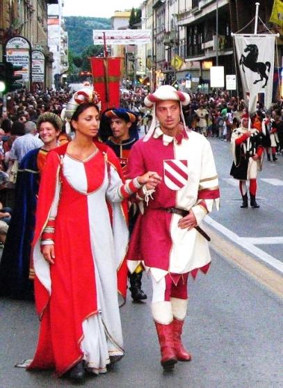 аретинцы в костюмах знатных дам, кавалеров