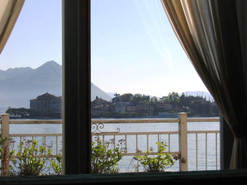 окно выходит на остров Борромее