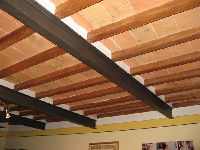 потолок, отделанный деревянными брусками